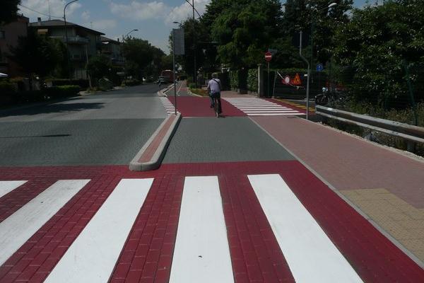 piste ciclabili strisce rosse zebrate